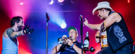 Bürgermeister Ferdinand Truffner (links) mit Trompete und Band