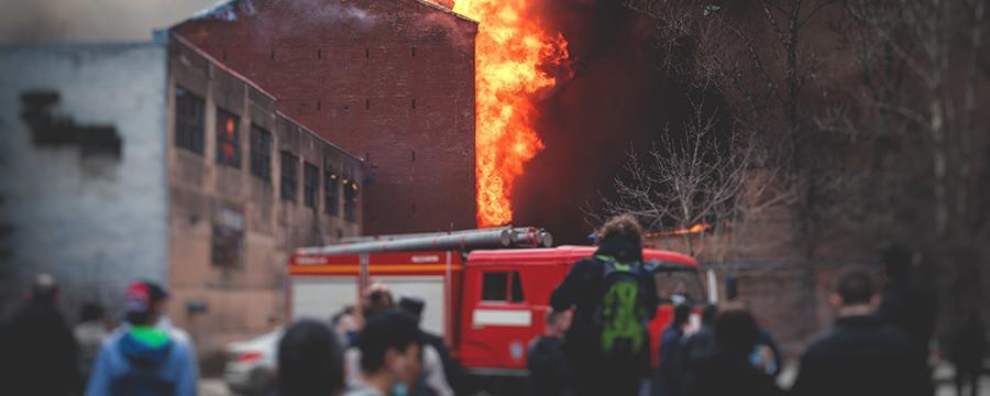 Feuerwehr im Einsatz gegen einen Brand
