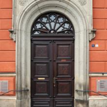 An der Rathaustür sollte mit Parteipolitik Schluss sein - das stärkt das Vertrauen, wie eine aktuelle Forsa-Studie zeigt...symbolhaft hier das Rathaus von Kamenz