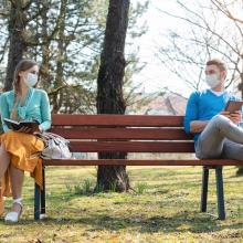 Abstand halten - das gilt weiter trotz Lockerungen in Corona-Pandemie