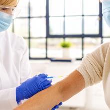 Neue Impfverordnung - eine Frau wird geimpft