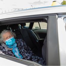 Seniorin in einem Taxi