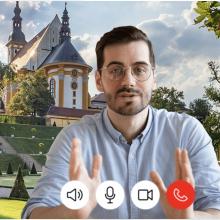 Eine Videokonferenz und im Hintergrund ist ein Wahrzeichen zu sehen.