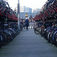Fahrräder werden immer mehr und kurze Wege in der Stadt häufig mit ihm zurück gelegt. An zentralen Orten gibt dies Aufstaueffekte. Die Lösung kann ein Fahrradparkhaus sein, doch es gibt einiges zu bedenken.