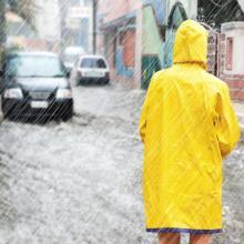 Überschwemmung, Regen, Frau im Hochwasser