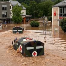 Überschwämmte Straße. Bundeswehrfahrzeuge im Hochwasser