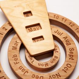 Calendar de perete Montessori din lemn masiv stejar Oak Toys