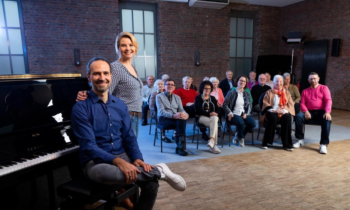 Schauspielerin Annette Frier und Musiker Eddi Hüneke proben mit dem Chor für Menschen mit Demenz im KastanienHof.