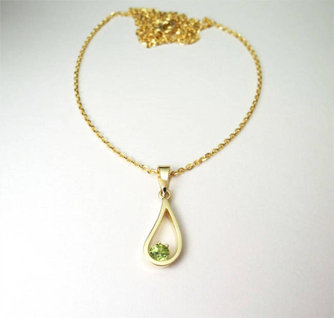 golden pendant with peridot stone