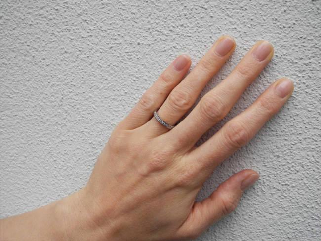 zaročni prstan na roki minimalističen rob