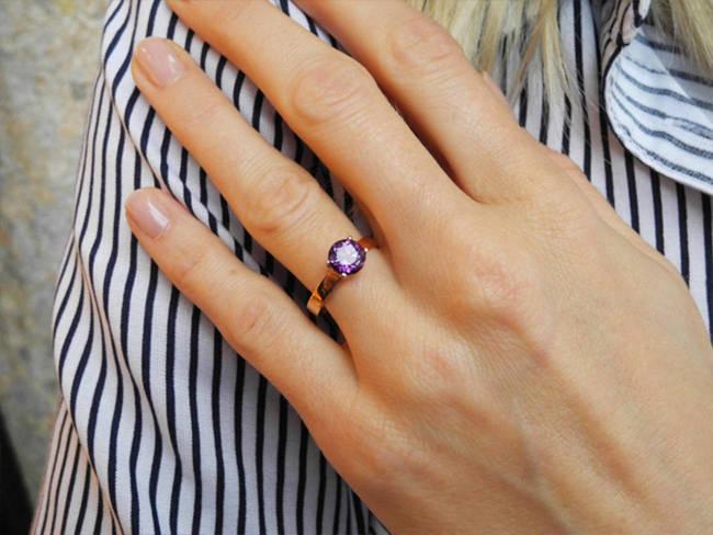 prstan u oblika vijoličen topaz