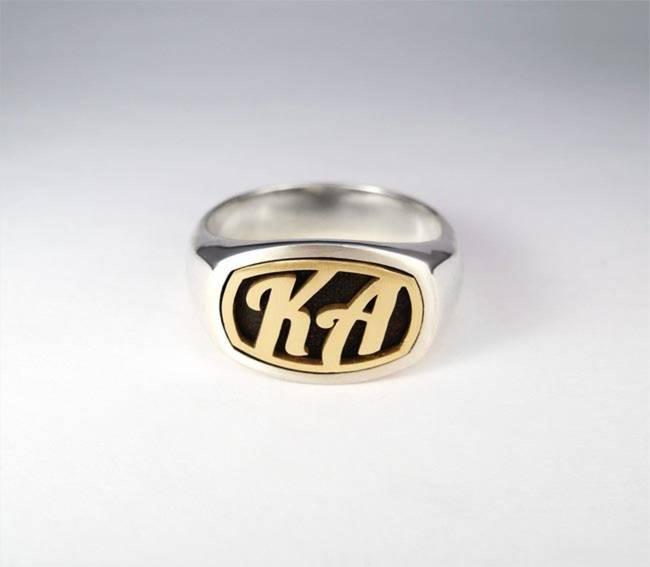 een gouden gravure ring met een gouden gravure ring
