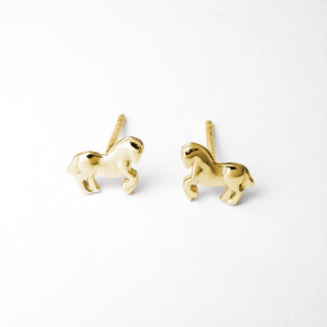Horse note stud earrings gold