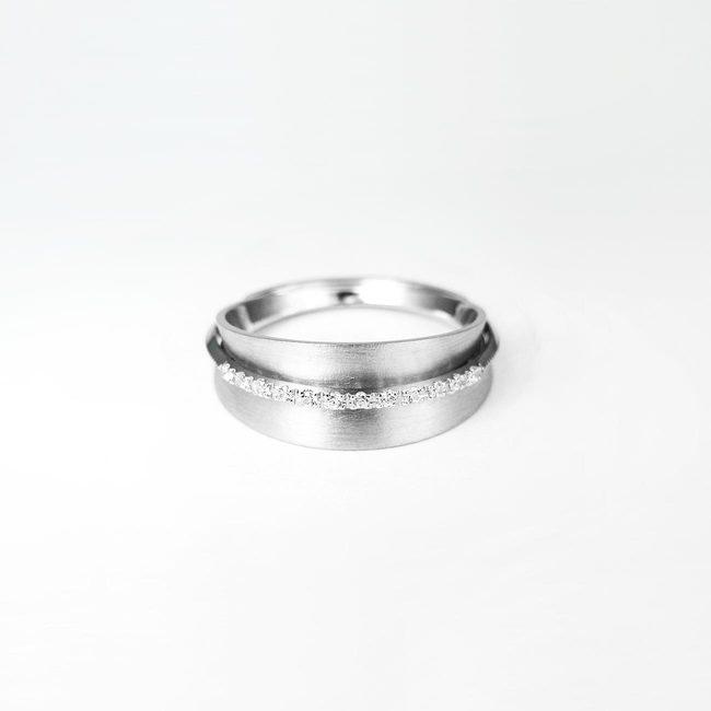 poročni prstan konkaven linija diamantov po sredini unikaten