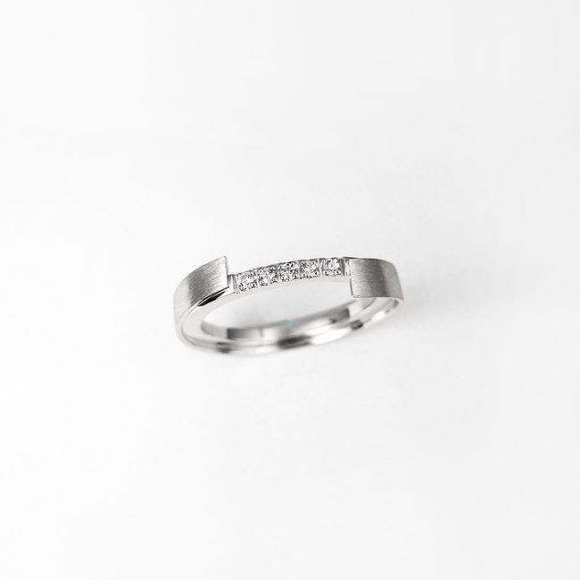 poročni prstan zamaknjen rob diamanti