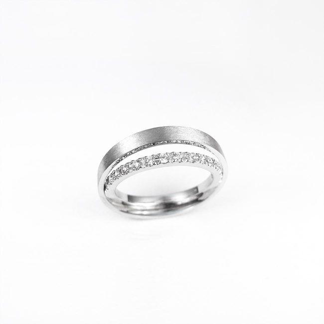 poročni prstan zamaknjena linija diamantov unikaten