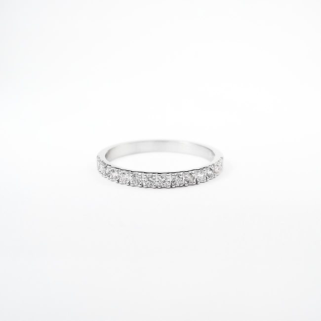 minimalističen poročni prstan s diamanti