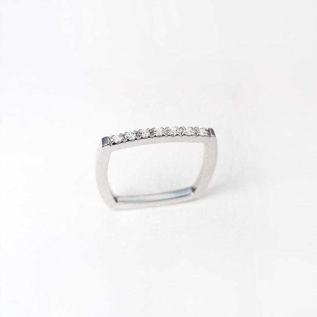 minimalističen prstan kvadraten pravokoten s kamni