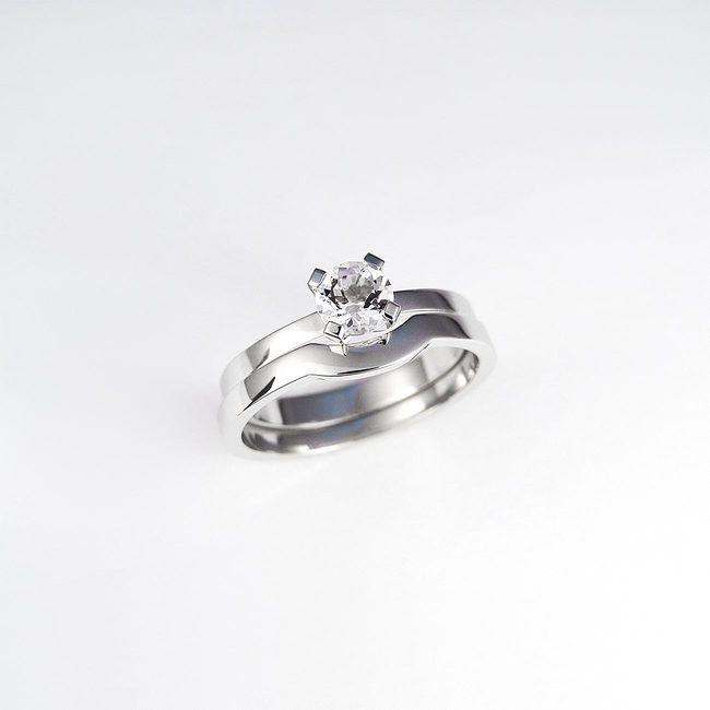 kombinacija enostavnih poročni in zaročni prstan