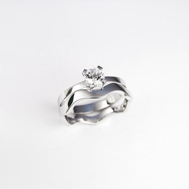 kombinacija vijugast poročni prstan in zaročni