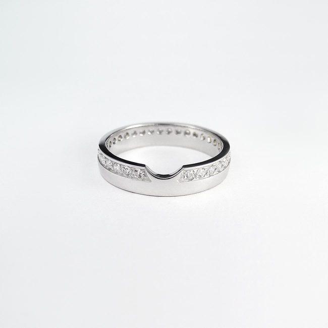 poročni prstan z zaročnim bogat