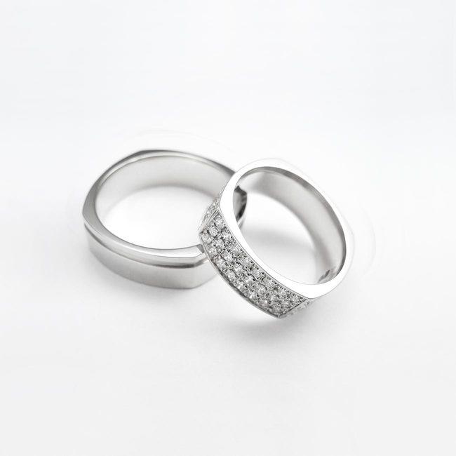 par poročnih prstanov stirikotna oblika diamanti