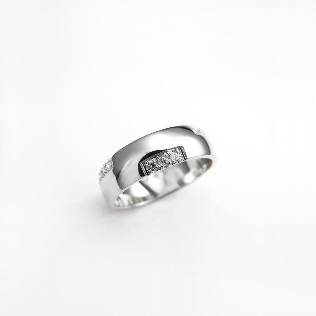 prstan poročni zlato belo pravokotne linije ženski cirkoni