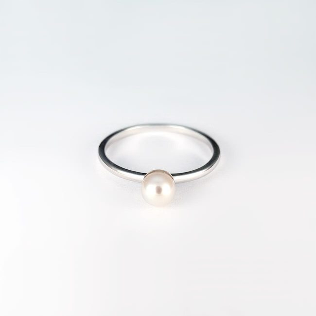 simple ring white gold and pearl