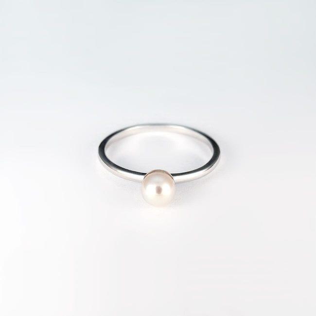 simpel ring hvidguld og perle