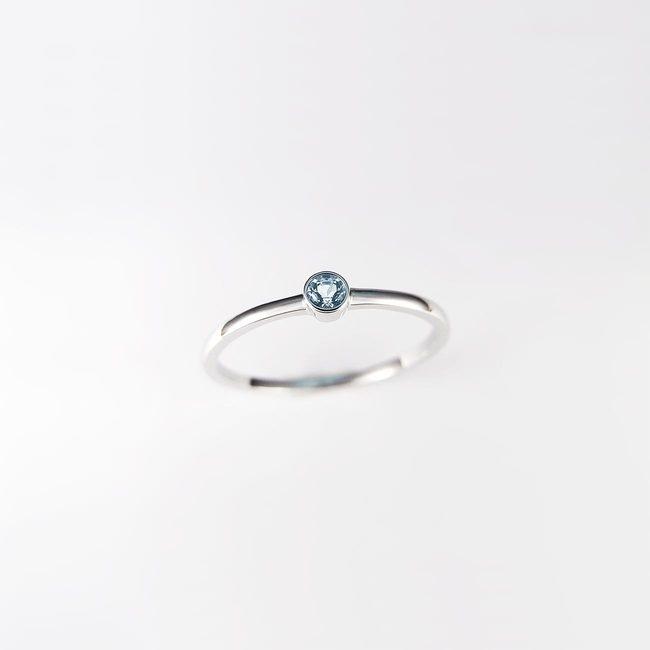enostaven prstan belo zlato in topaz ali cirkon