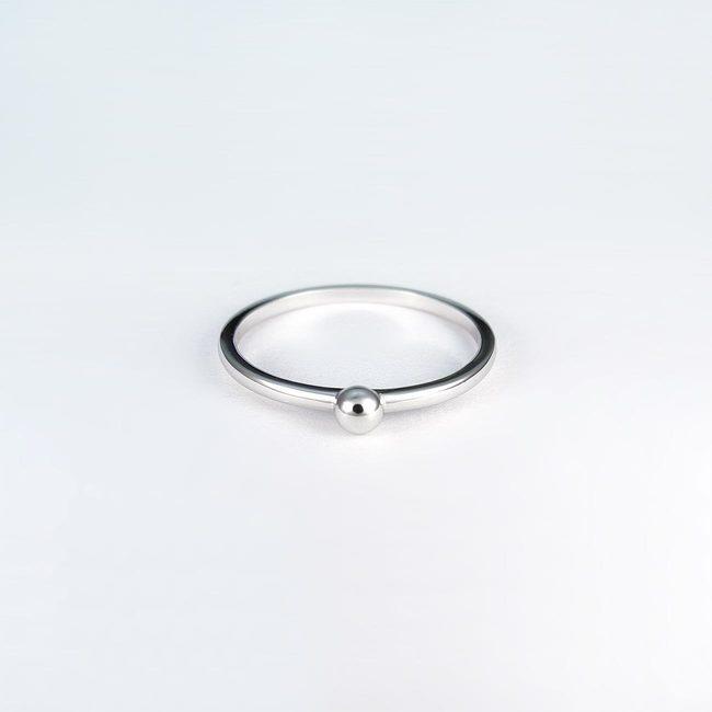ring ring enkel med en hvidguld kugle