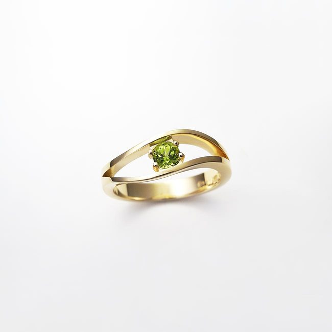 ring with green peridot stone in yellow gold