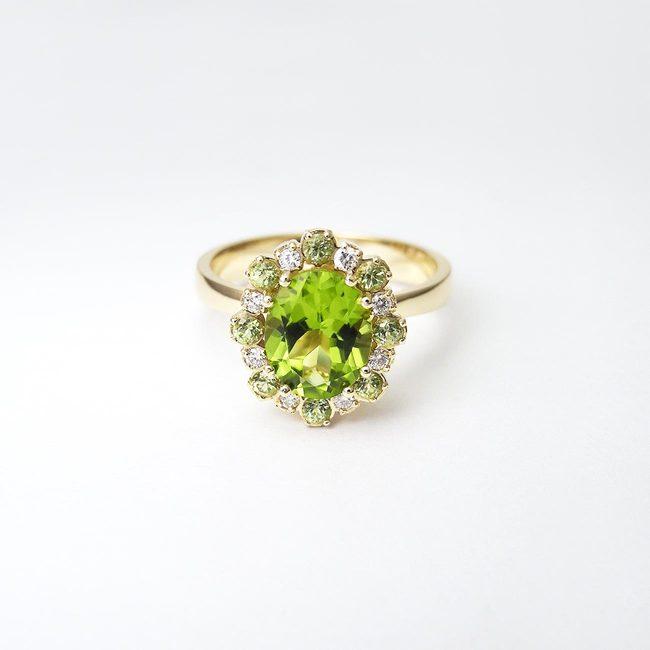 bogat zaročni prstan zlato diamanti peridoti