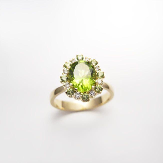 zlat prstan rumeno zlato diamanti manjši peridoti večji peridot