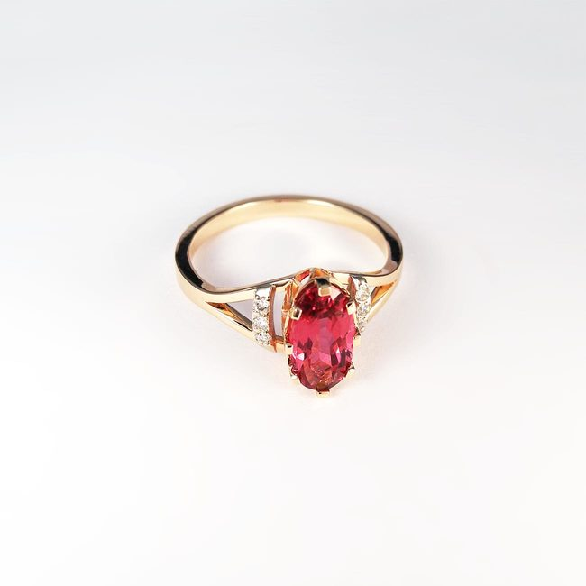 anello con rubellite in oro rosa e diamanti