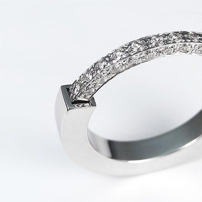 ženski poročni prstan bogat prekinjen dizajn s kamni