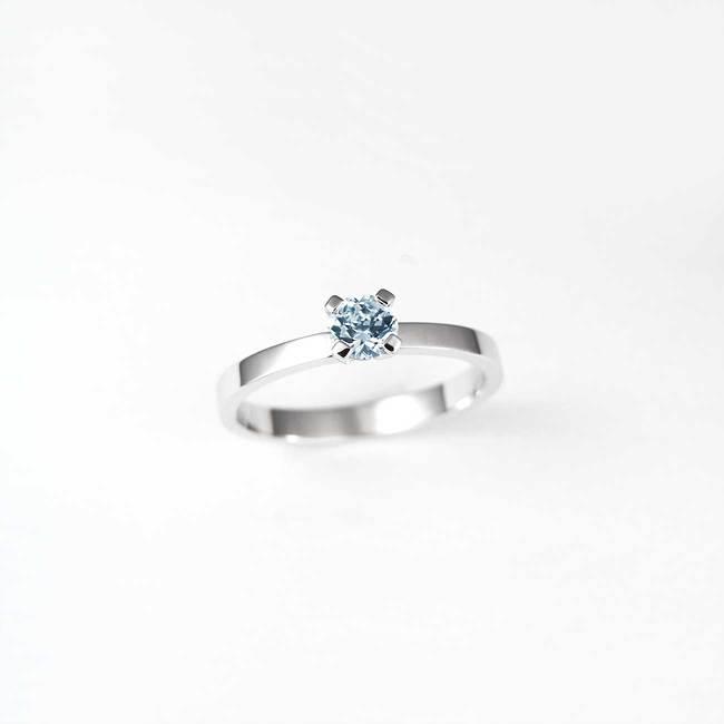 anello di fidanzamento in oro bianco con topazio azzurro
