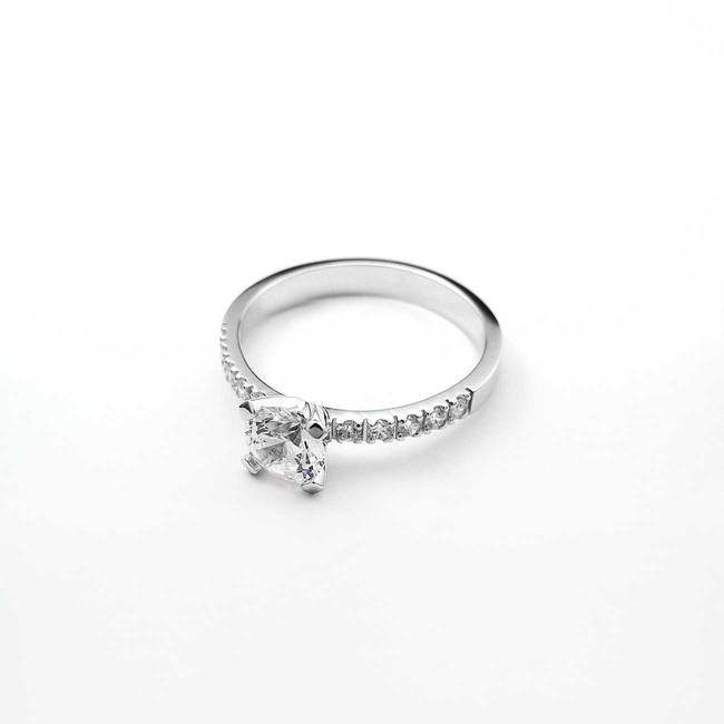 klasičen zaročni prstan z osrednjim kamnom belo zlato