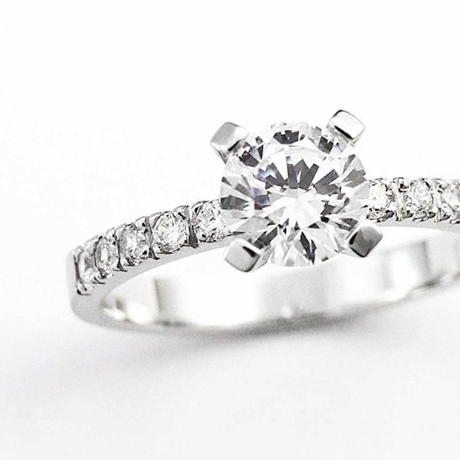 zaročni prstan klasičen z osrednjim kamnom belo zlato povečava