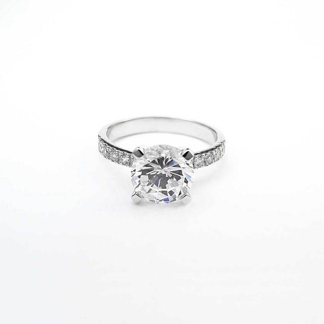 zaročni prstan velik osrednji kamen belo zlato naravni kamni diamanti