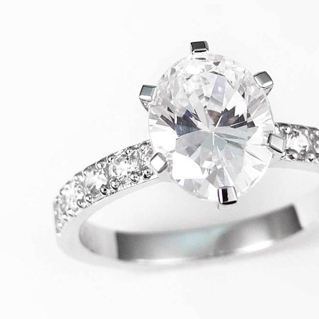 bogat zaročni prstan z ovalnim kamnom