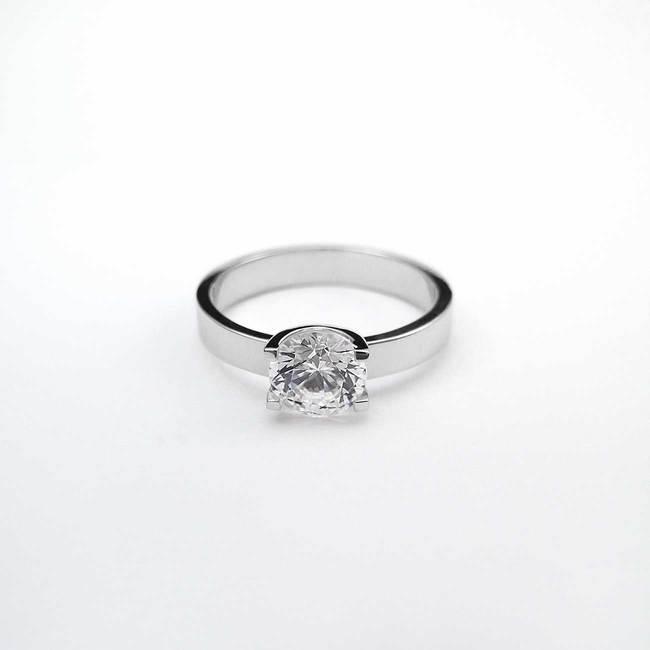zaročni prstan oblika U belo zlato poldragi kamni