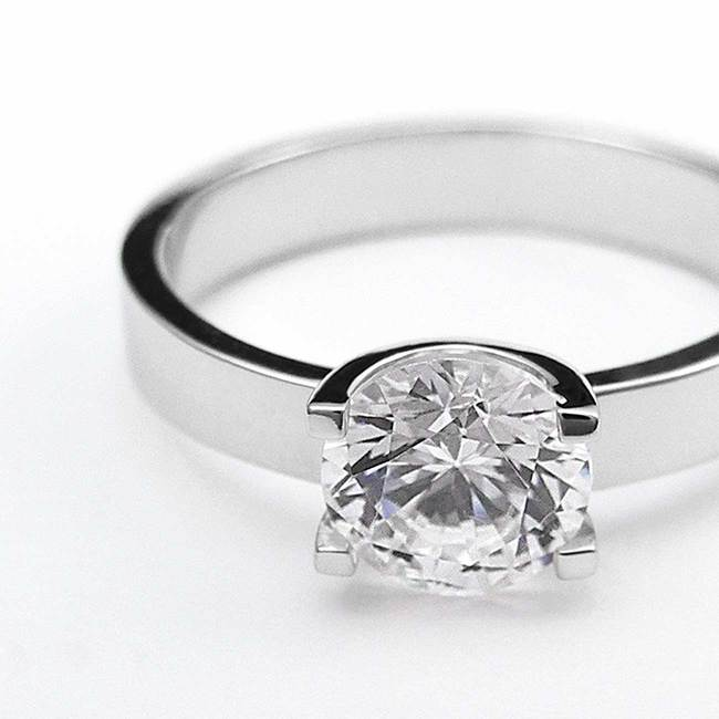 prstan zaročni oblika U belo zlato poldragi kamni