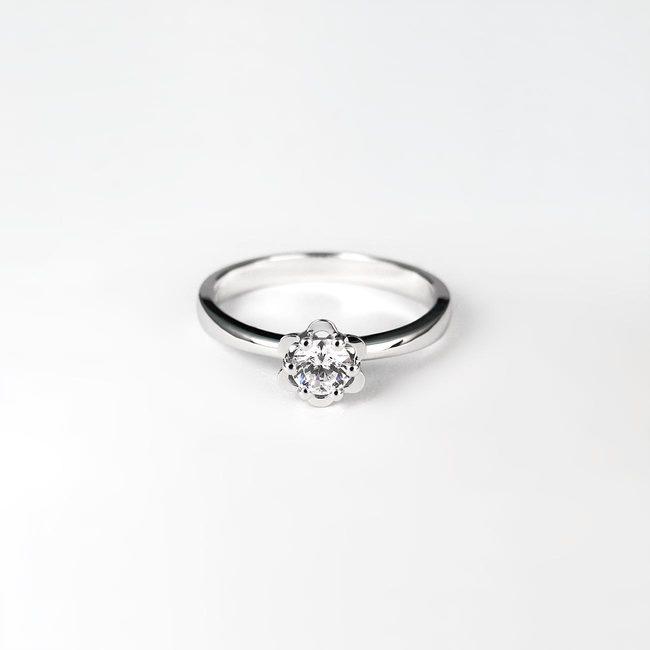 zaročni prstan diamant oblika cveta belo zlato