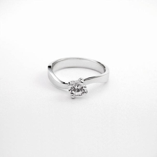 zaročni prstan zavite oblike belo zlato cirkoni