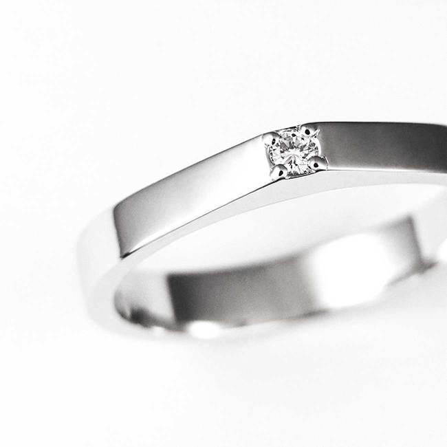 bague de fiançailles minimal avec gros plan de pierre de diamant
