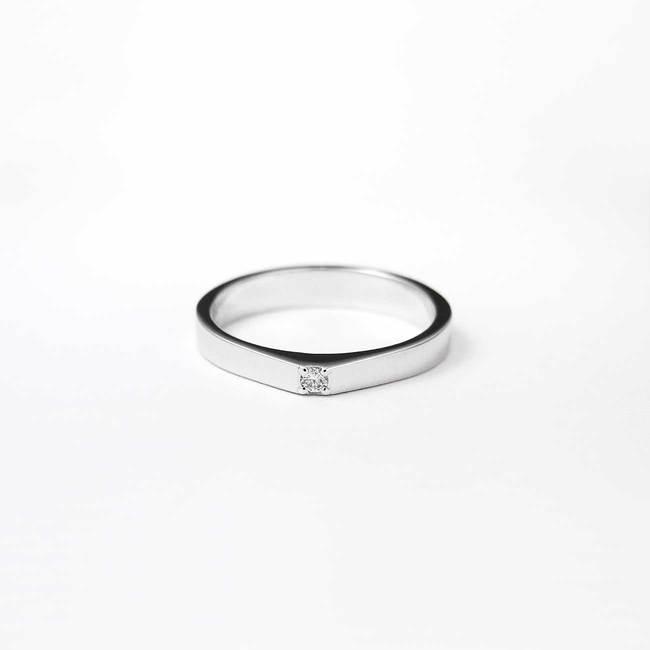 minimale piramidale ring met diamantsteen