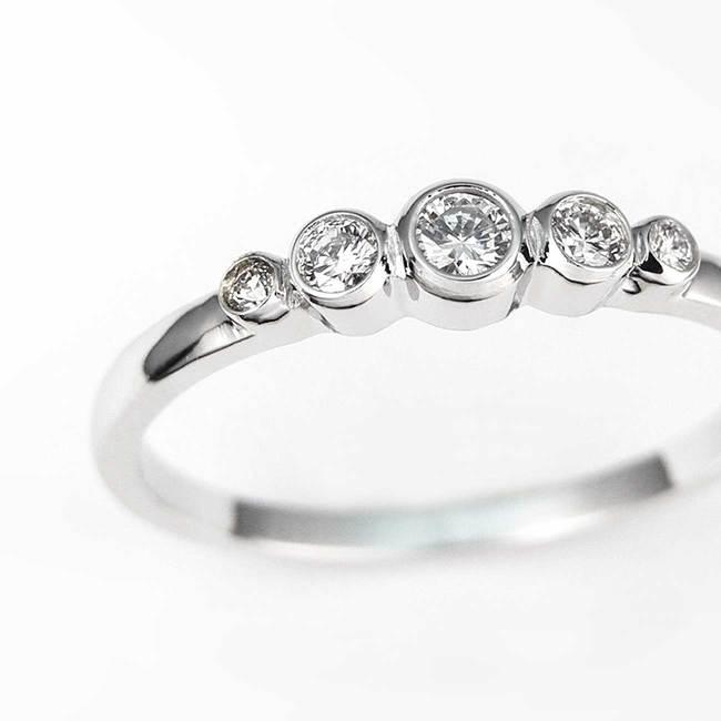 zaročni prstan minimalističen pet kamnov povečava