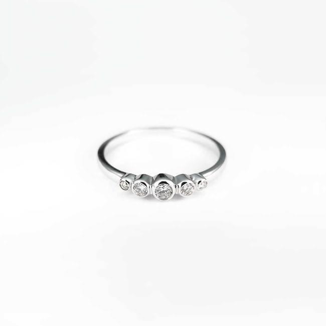 minimalističen zaročni prstan pet diamantov