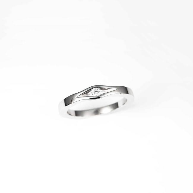 anello di fidanzamento minimalista in oro bianco con diamanti